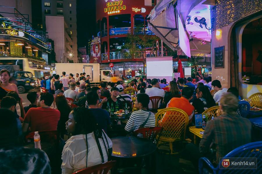 Phố Tây ở Sài Gòn chật kín trong ngày khai mạc World Cup 2018, khách Nga hò hét ăn mừng khi đội nhà thắng đậm - Ảnh 9.