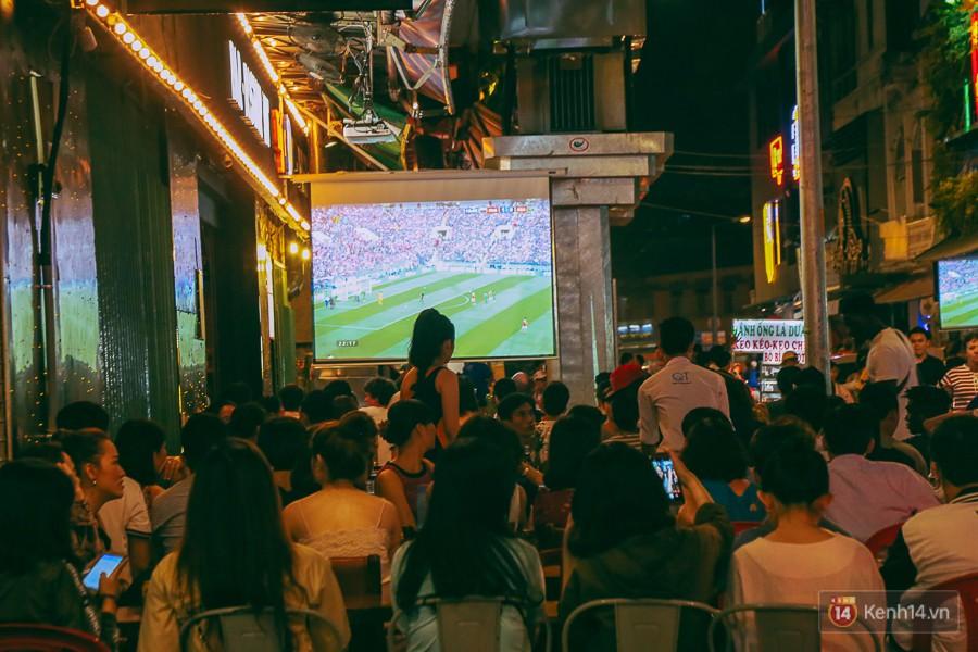 Phố Tây ở Sài Gòn chật kín trong ngày khai mạc World Cup 2018, khách Nga hò hét ăn mừng khi đội nhà thắng đậm - Ảnh 8.