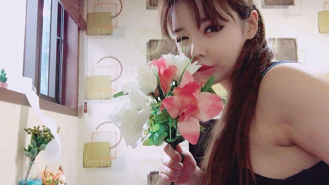 Park Bom có thể không thừa nhận thẩm mỹ nhưng có thể makeup nhạt hơn để mặt bớt căng cứng không? - Ảnh 1.