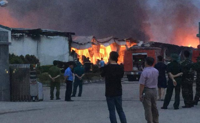 Cháy dữ dội trong đêm, 3 nhà xưởng của công ty Yakjin bị thiêu rụi - Ảnh 1.