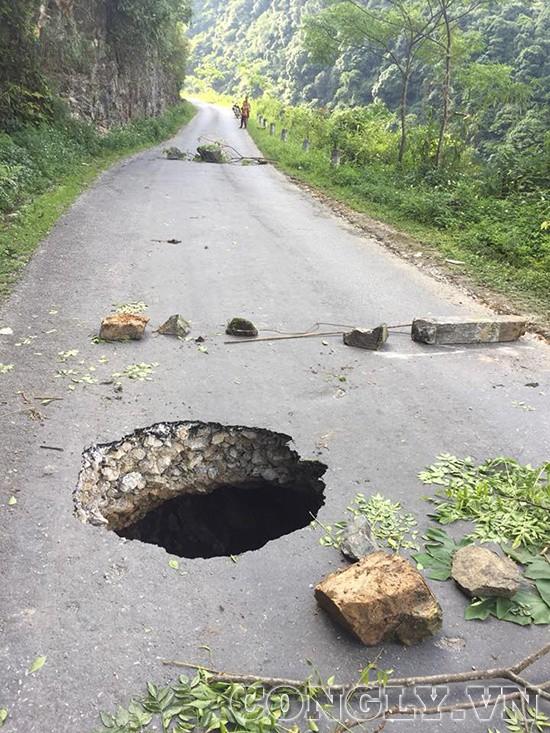 Hà Giang: Xuất hiện hố tử thần sâu hàng trăm mét trên đường - Ảnh 1.