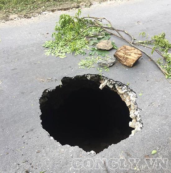 Hà Giang: Xuất hiện hố tử thần sâu hàng trăm mét trên đường - Ảnh 2.