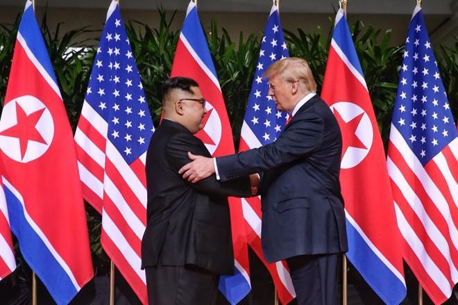 Chuyên gia ngôn ngữ cơ thể tiết lộ những điều bất ngờ trong cuộc gặp gỡ lịch sử giữa hai nhà lãnh đạo Trump và Kim - Ảnh 2.