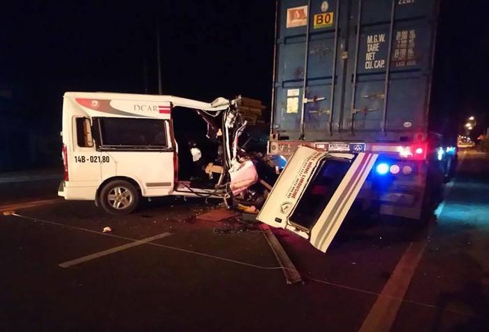 Xe khách tông xe đầu kéo đang đỗ ven đường, 10 người thương vong - Ảnh 1.