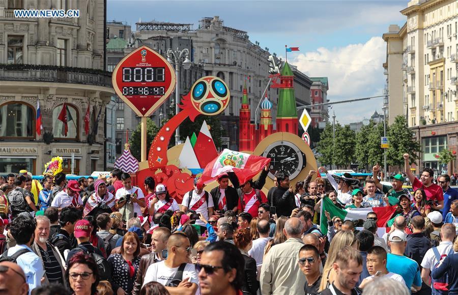 Người hâm mộ trên khắp thế giới hào hứng chờ đón khai mạc World Cup 2018 - Ảnh 1.