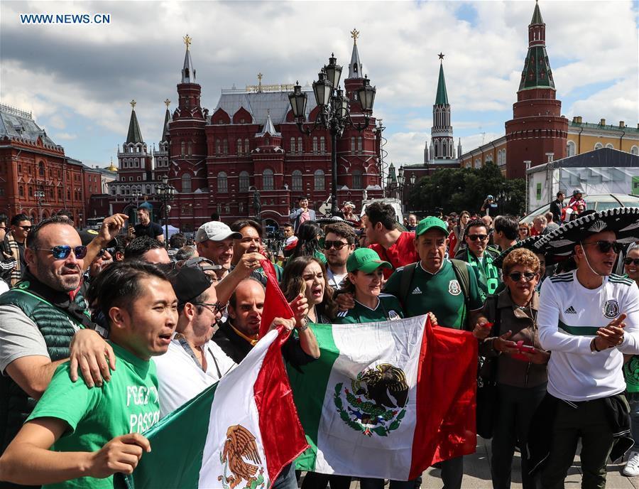 Người hâm mộ trên khắp thế giới hào hứng chờ đón khai mạc World Cup 2018 - Ảnh 2.