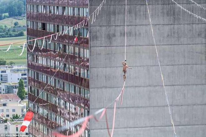 Thót tim với cuộc đua marathon trên những sợi dây treo lơ lửng cách 100 mét so với mặt đất - Ảnh 3.