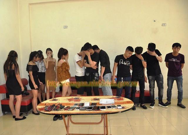 Nữ sinh viên bay lắc cùng 8 thanh niên trong quán Karaoke - Ảnh 3.