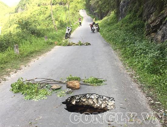 Hà Giang: Xuất hiện hố tử thần sâu hàng trăm mét trên đường - Ảnh 4.