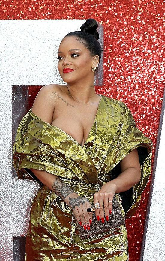 Rihanna mặc đồ trễ nải suýt lộ cả vòng 1 trên thảm đỏ Oceans 8 - Ảnh 1.
