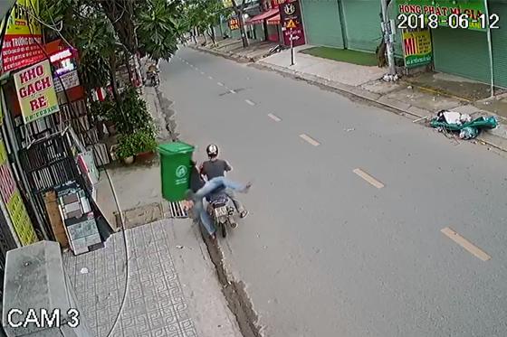 Tp.HCM: Hai thanh niên phối hợp diễn sâu rồi ăn trộm cái thùng rác một cách đầy khó hiểu - Ảnh 2.