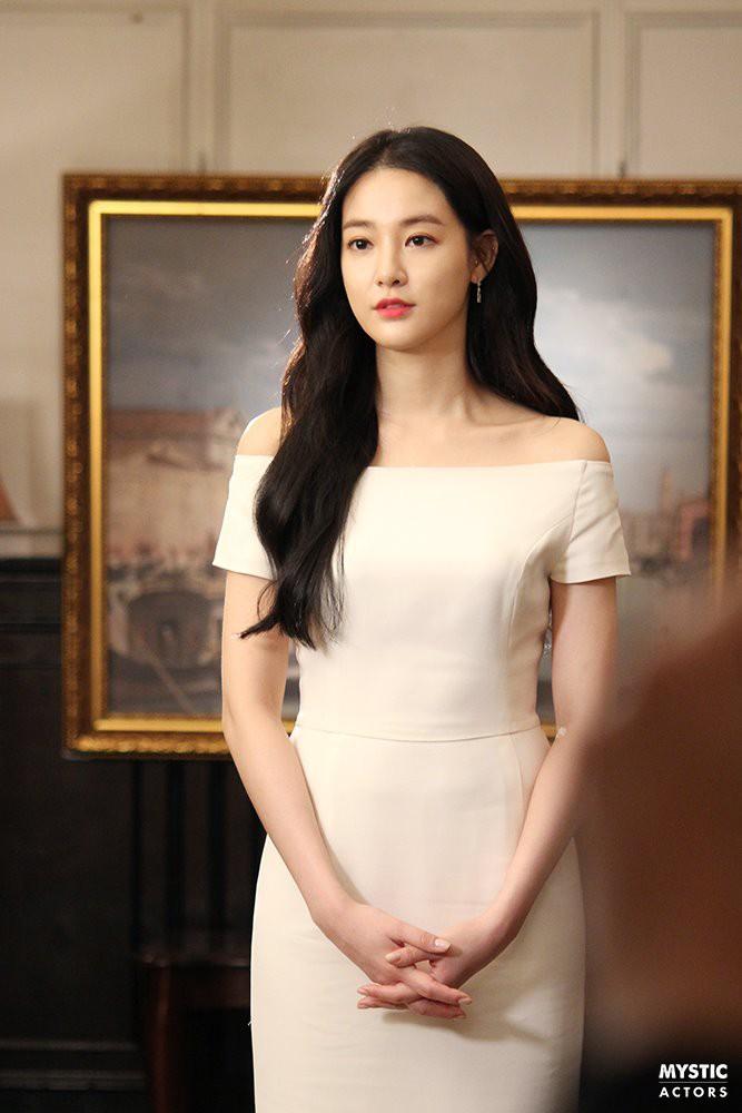 Vẫn biết bạn gái G-Dragon đẹp, nhưng không ngờ đẹp đến mức này trong loạt hình hậu trường - Ảnh 3.