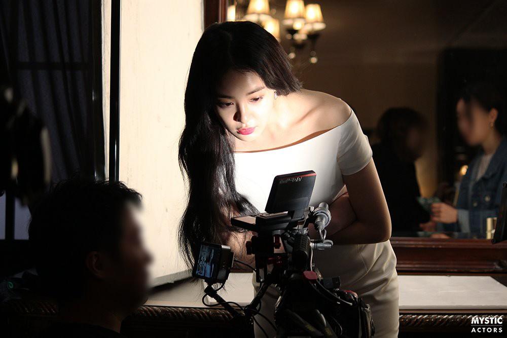 Vẫn biết bạn gái G-Dragon đẹp, nhưng không ngờ đẹp đến mức này trong loạt hình hậu trường - Ảnh 4.