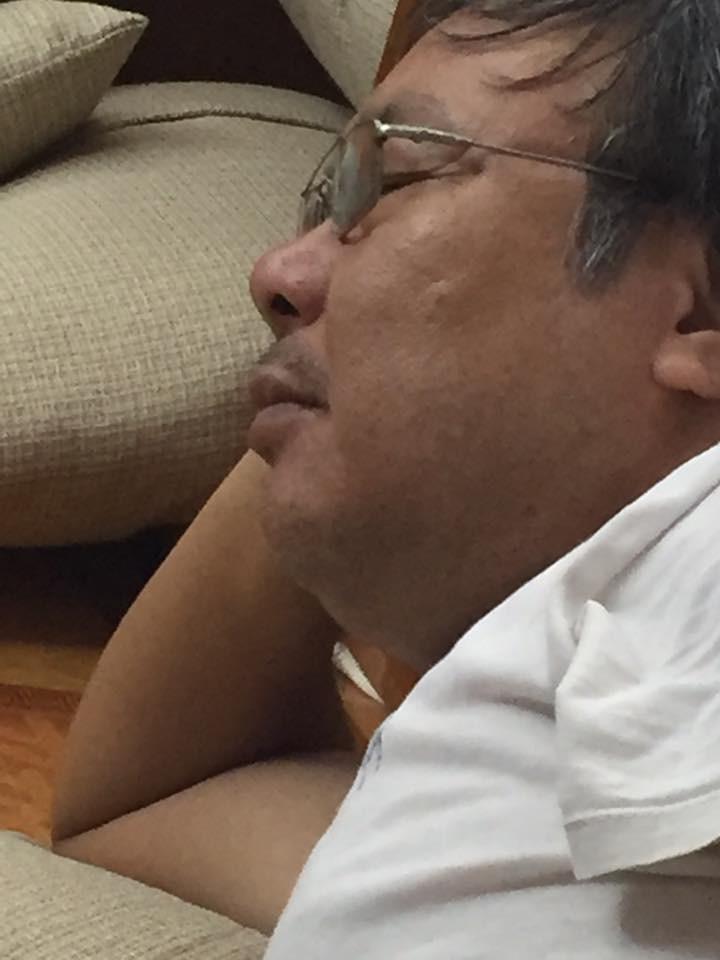 Chuyện mùa World Cup: Ông nội hô hào con cháu tề tựu xem bóng đá, bóng vừa lăn 15 phút thì ông đã ngủ say sưa 2