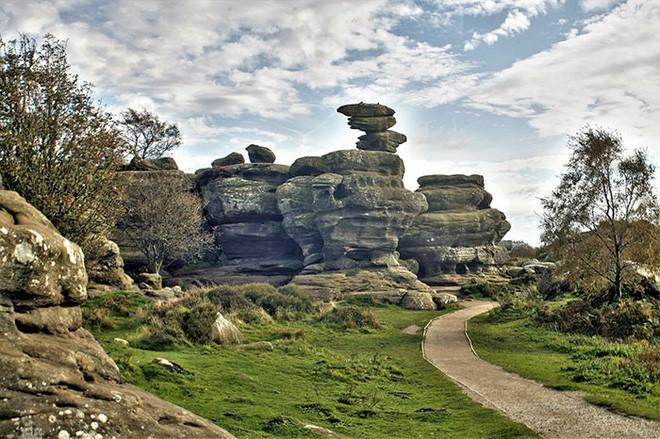 Tác phẩm điêu khắc tự nhiên 320 triệu năm tuổi tại Anh vừa bị 5 thanh niên phá hủy... cho vui 1