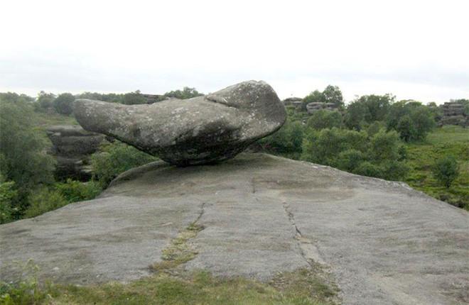 Tác phẩm điêu khắc tự nhiên 320 triệu năm tuổi tại Anh vừa bị 5 thanh niên phá hủy... cho vui 4