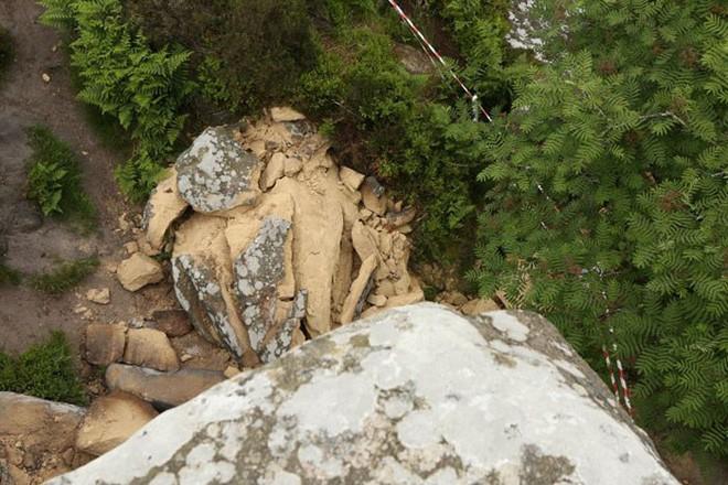 Tác phẩm điêu khắc tự nhiên 320 triệu năm tuổi tại Anh vừa bị 5 thanh niên phá hủy... cho vui 8