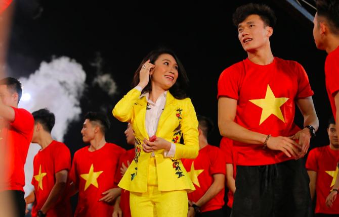 Clip: Mỹ Tâm công khai gọi Hà Đức Chinh là bạn gái Bùi Tiến Dũng khiến chàng thủ môn ngượng chín mặt - Ảnh 2.