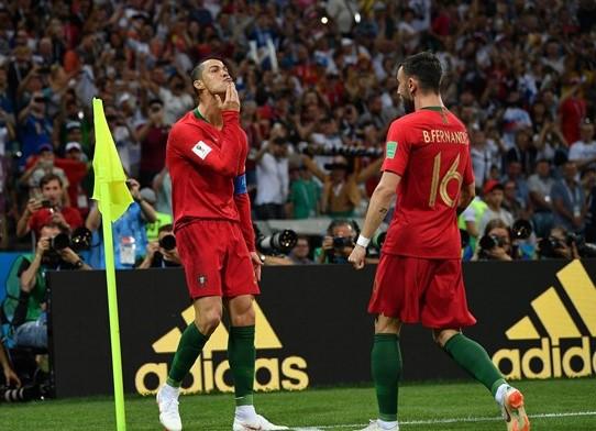 Ngộ nghĩnh khoảnh khắc Ronaldo vuốt râu ăn mừng: Đây là chiến thư CR7 gửi tới Messi? - Ảnh 1.
