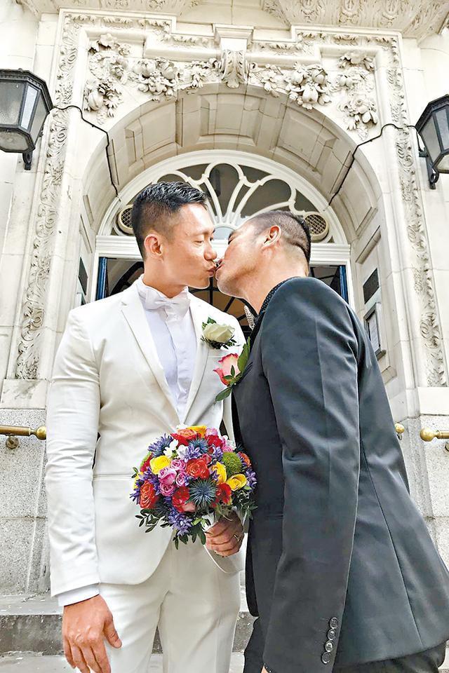 Sẵn sàng từ bỏ gia sản hàng chục triệu đô, MC Hồng Kông cùng bạn đời đồng tính xây dựng cuộc sống mới đẹp như phim - Ảnh 1.