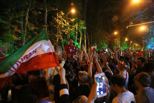 Người dân Iran đổ ra đường ăn mừng nhờ bàn phản lưới nghiệt ngã của đối thủ - Ảnh 9.