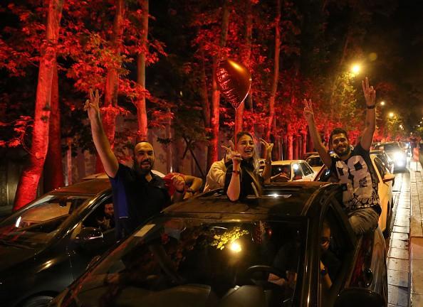 Người dân Iran đổ ra đường ăn mừng nhờ bàn phản lưới nghiệt ngã của đối thủ - Ảnh 8.
