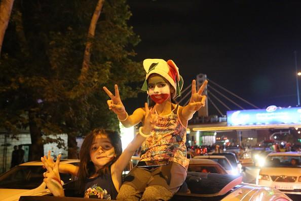 Người dân Iran đổ ra đường ăn mừng nhờ bàn phản lưới nghiệt ngã của đối thủ - Ảnh 6.