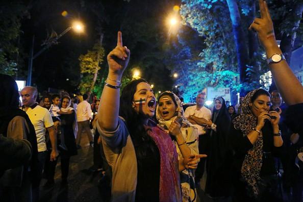 Người dân Iran đổ ra đường ăn mừng nhờ bàn phản lưới nghiệt ngã của đối thủ - Ảnh 5.