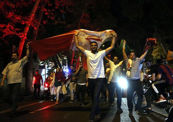Người dân Iran đổ ra đường ăn mừng nhờ bàn phản lưới nghiệt ngã của đối thủ - Ảnh 4.