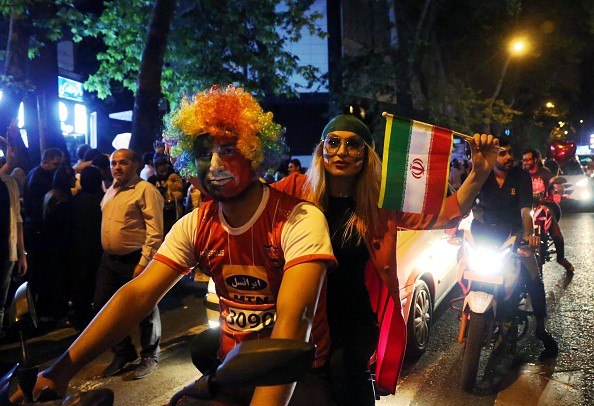 Người dân Iran đổ ra đường ăn mừng nhờ bàn phản lưới nghiệt ngã của đối thủ - Ảnh 7.