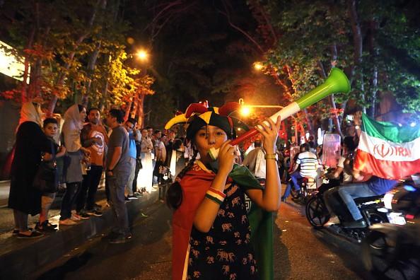 Người dân Iran đổ ra đường ăn mừng nhờ bàn phản lưới nghiệt ngã của đối thủ - Ảnh 10.