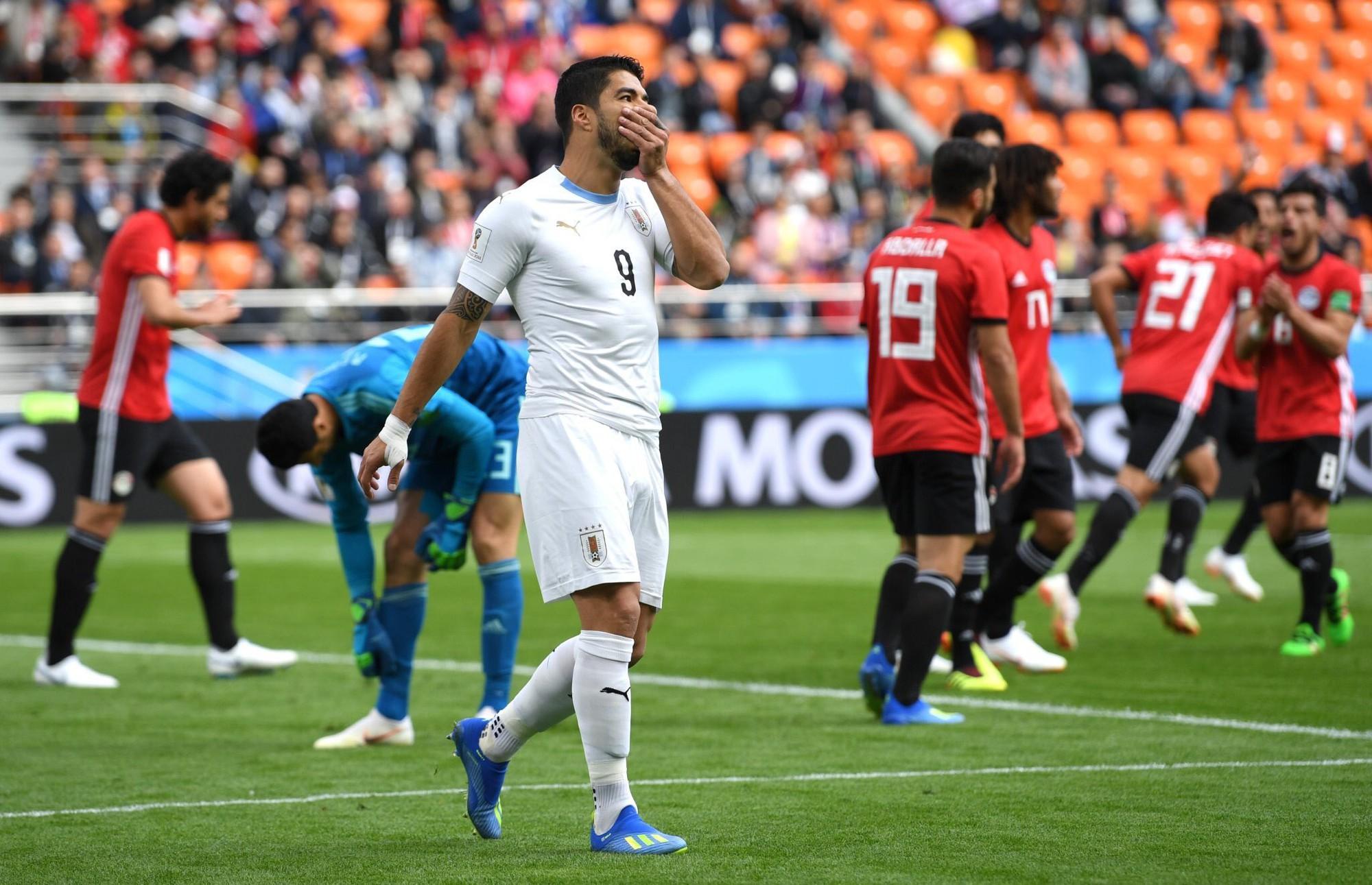 Luis Suarez lại có hành động lạ ở World Cup - Ảnh 2.
