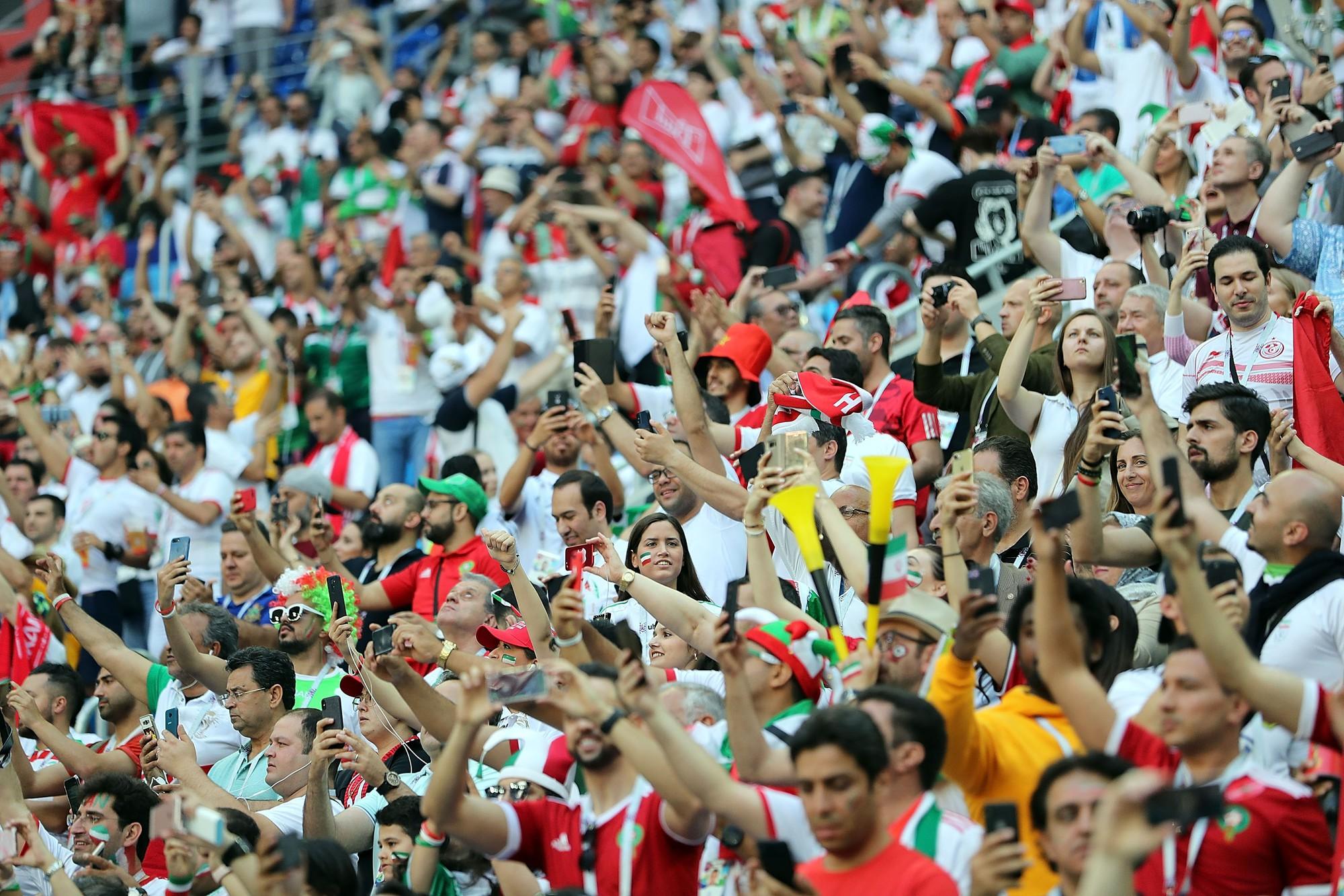 Người dân Iran đổ ra đường ăn mừng nhờ bàn phản lưới nghiệt ngã của đối thủ - Ảnh 3.