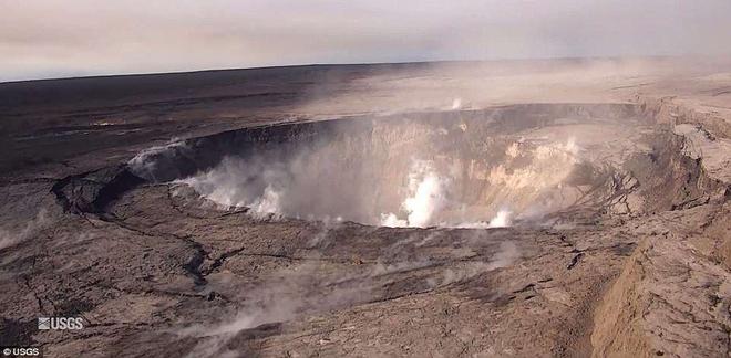 Dùng drone quan sát núi lửa vừa tàn phá Hawaii, chuyên gia phát hiện ra miệng núi vẫn đang mở rộng mỗi ngày - Ảnh 1.