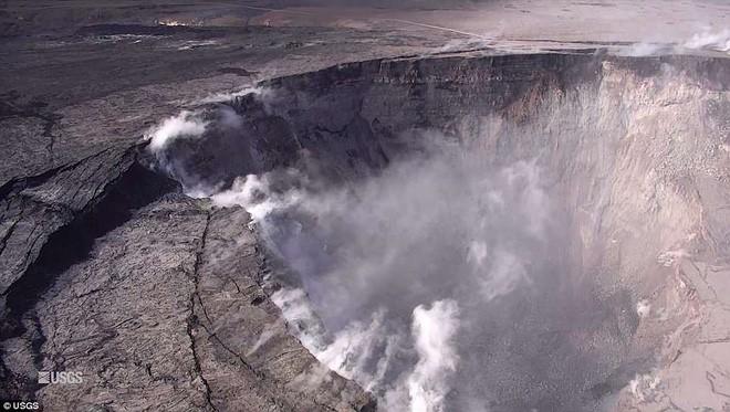 Dùng drone quan sát núi lửa vừa tàn phá Hawaii, chuyên gia phát hiện ra miệng núi vẫn đang mở rộng mỗi ngày - Ảnh 4.