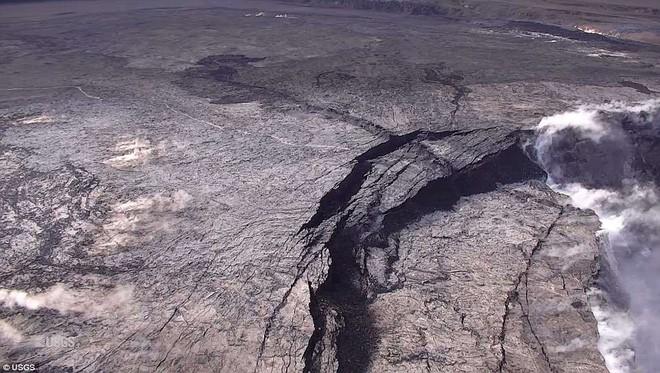Dùng drone quan sát núi lửa vừa tàn phá Hawaii, chuyên gia phát hiện ra miệng núi vẫn đang mở rộng mỗi ngày - Ảnh 6.