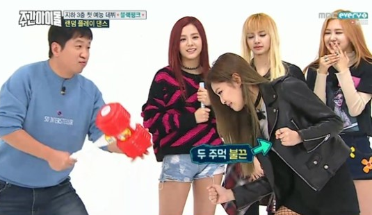 Black Pink mang lightstick ''búa hơi'' tái ngộ 2 cựu MC ''Weekly Idol''