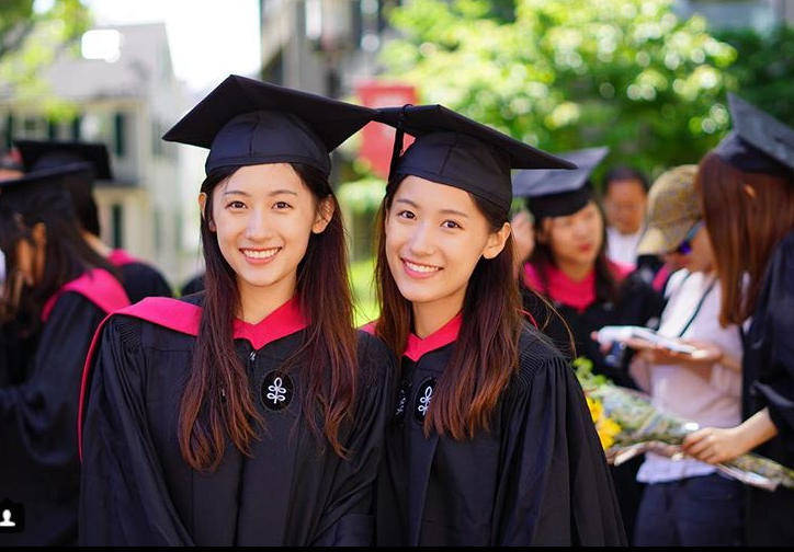 Xinh như hotgirl lại tốt nghiệp thạc sĩ Harvard chỉ trong 1 năm, cặp chị em sinh đôi này đang khiến hàng triệu người ngưỡng mộ - Ảnh 1.