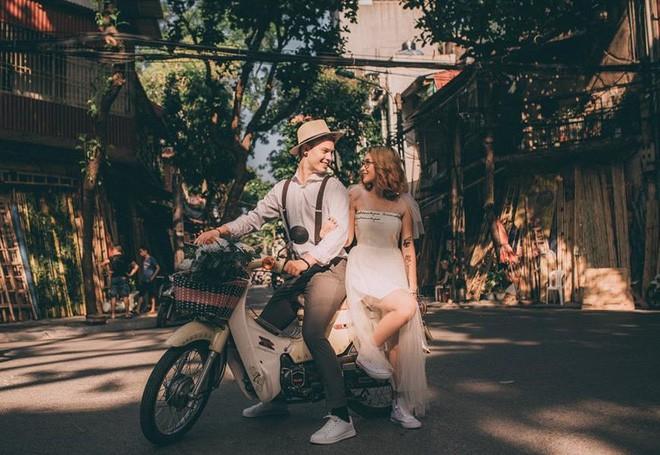 """Cái vỗ vai """"nên duyên"""" với cô gái Việt tại Hồ Gươm và lần say rượu ngồi ôm mèo khóc ở nhà bố mẹ vợ tương lai của anh chàng Đức  - Ảnh 1."""