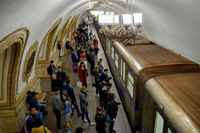 Chùm ảnh: Ngắm nhìn vẻ đẹp nguy nga như cung điện dưới lòng đất của các ga tàu điện ngầm ở Nga - Ảnh 1.