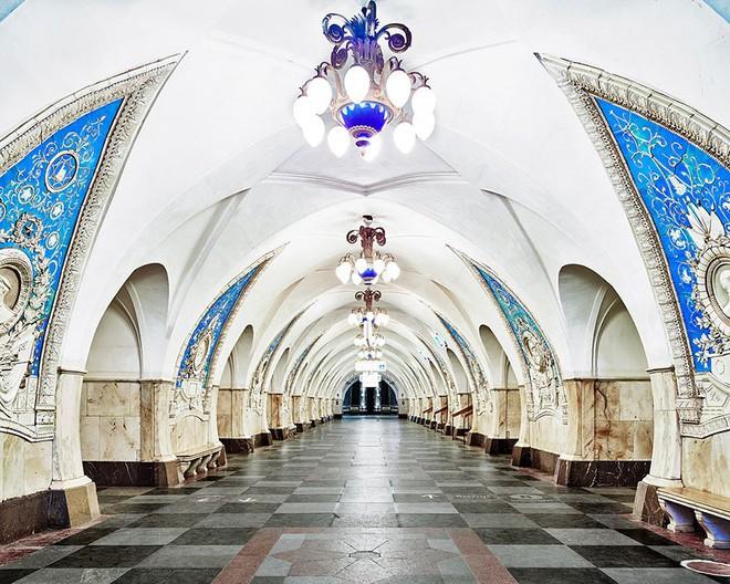 Chùm ảnh: Ngắm nhìn vẻ đẹp nguy nga như cung điện dưới lòng đất của các ga tàu điện ngầm ở Nga - Ảnh 2.