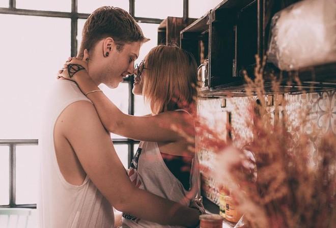 """Cái vỗ vai """"nên duyên"""" với cô gái Việt tại Hồ Gươm và lần say rượu ngồi ôm mèo khóc ở nhà bố mẹ vợ tương lai của anh chàng Đức  - Ảnh 14."""