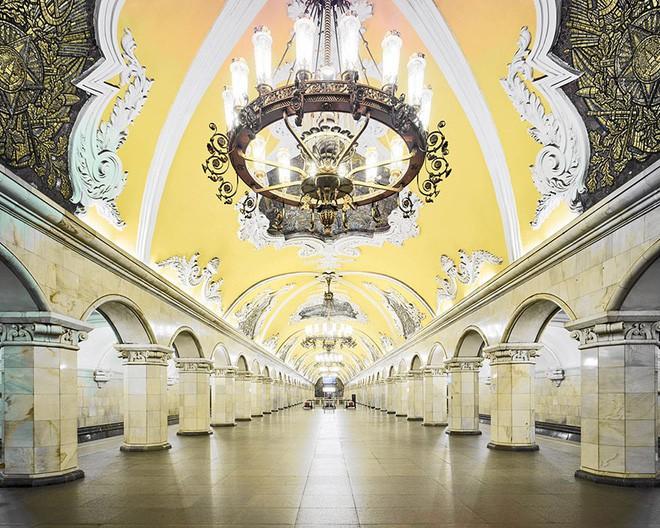 Chùm ảnh: Ngắm nhìn vẻ đẹp nguy nga như cung điện dưới lòng đất của các ga tàu điện ngầm ở Nga - Ảnh 4.
