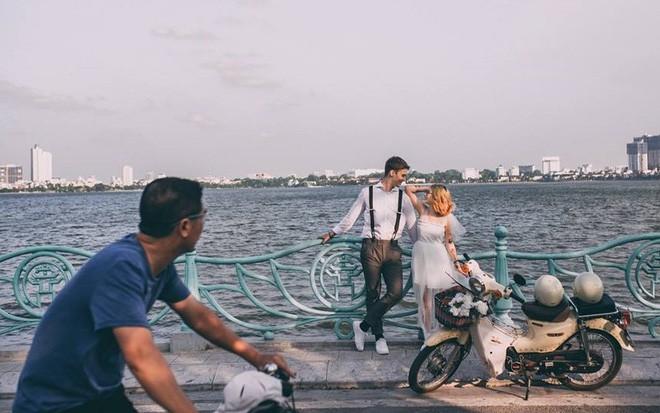 """Cái vỗ vai """"nên duyên"""" với cô gái Việt tại Hồ Gươm và lần say rượu ngồi ôm mèo khóc ở nhà bố mẹ vợ tương lai của anh chàng Đức  - Ảnh 5."""