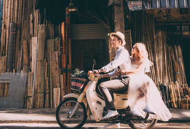 """Cái vỗ vai """"nên duyên"""" với cô gái Việt tại Hồ Gươm và lần say rượu ngồi ôm mèo khóc ở nhà bố mẹ vợ tương lai của anh chàng Đức  - Ảnh 6."""