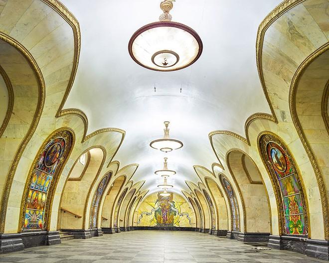 Chùm ảnh: Ngắm nhìn vẻ đẹp nguy nga như cung điện dưới lòng đất của các ga tàu điện ngầm ở Nga - Ảnh 6.