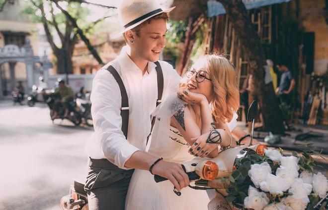 """Cái vỗ vai """"nên duyên"""" với cô gái Việt tại Hồ Gươm và lần say rượu ngồi ôm mèo khóc ở nhà bố mẹ vợ tương lai của anh chàng Đức  - Ảnh 7."""