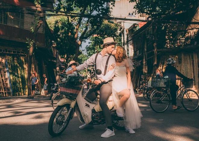 """Cái vỗ vai """"nên duyên"""" với cô gái Việt tại Hồ Gươm và lần say rượu ngồi ôm mèo khóc ở nhà bố mẹ vợ tương lai của anh chàng Đức  - Ảnh 9."""