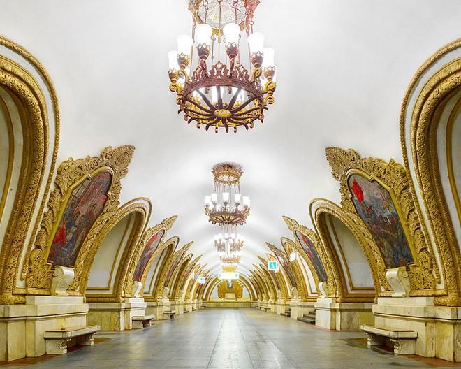 Chùm ảnh: Ngắm nhìn vẻ đẹp nguy nga như cung điện dưới lòng đất của các ga tàu điện ngầm ở Nga - Ảnh 10.