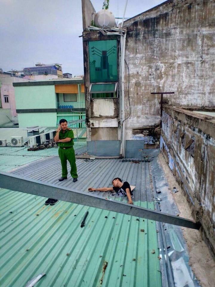 Sự thật vụ nam thanh niên leo mái nhà ăn trộm, đục phải đường điện tử vong ở Sài Gòn - Ảnh 2.